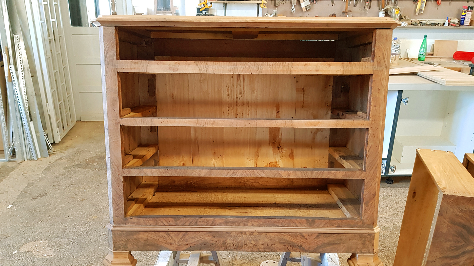 Atelier de fabrication des meubles : réalisation d'une commode sur mesure