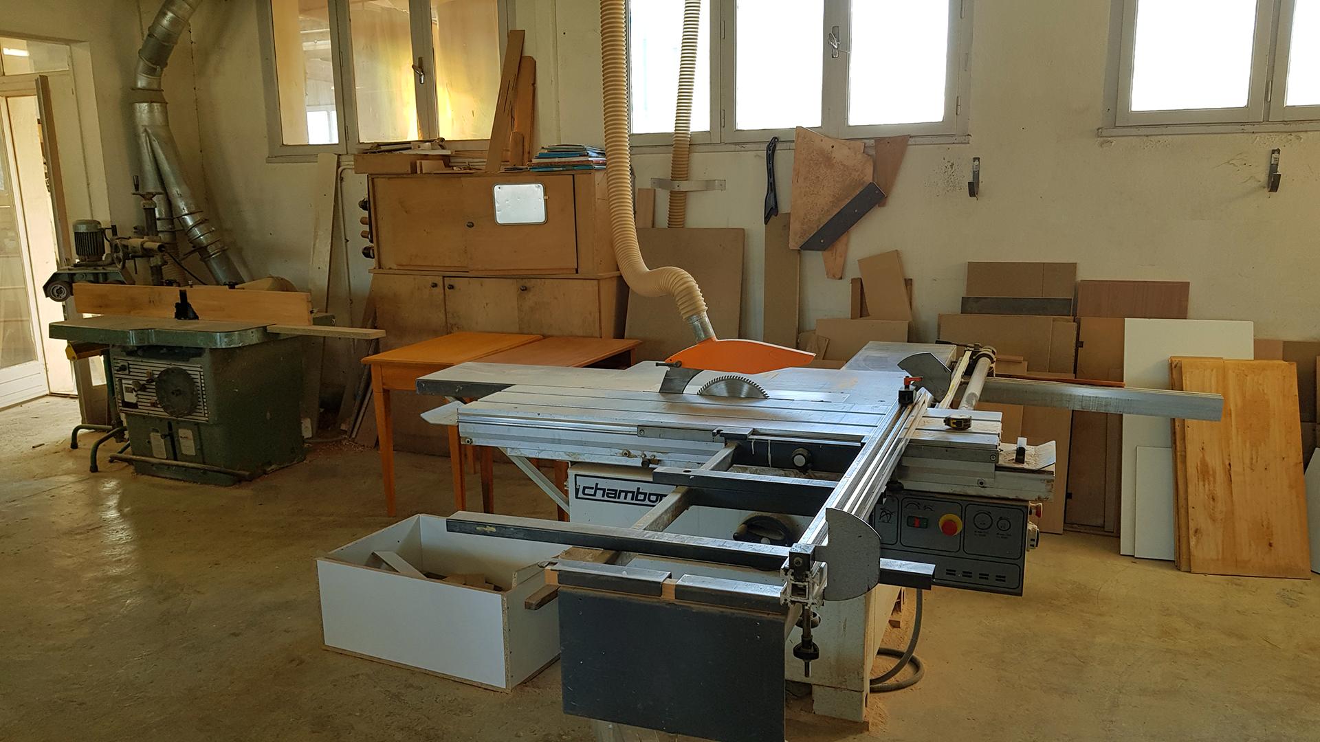 Atelier de fabrication des meubles : les machines de travail