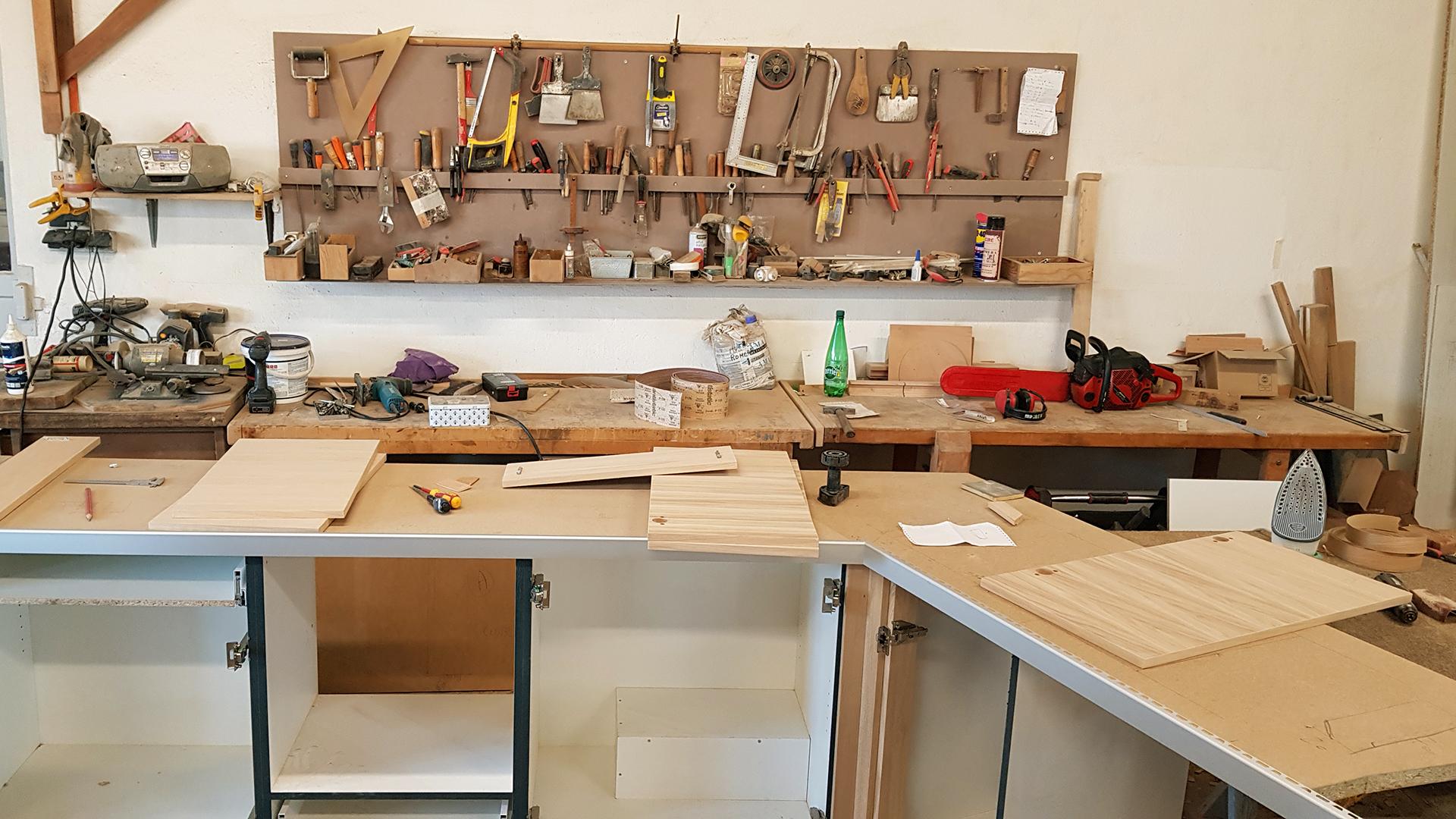 Atelier de fabrication des meubles : plan de travail et confection d'une cuisine sur mesure