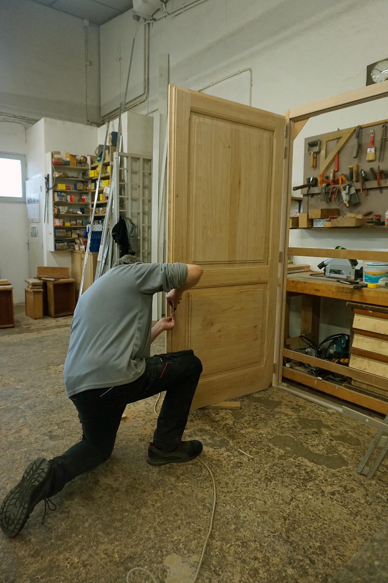 Atelier de fabrication des meubles : réalisation d'une porte sur mesure